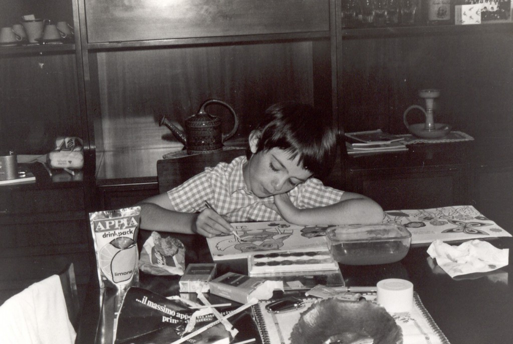 Io, in bianco e nero, a 8 anni, mentre coloro un album ad acquerelli, 1976