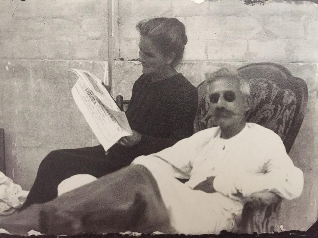 """""""Leonilda legge il giornale al marito Leopoldo"""", sd"""