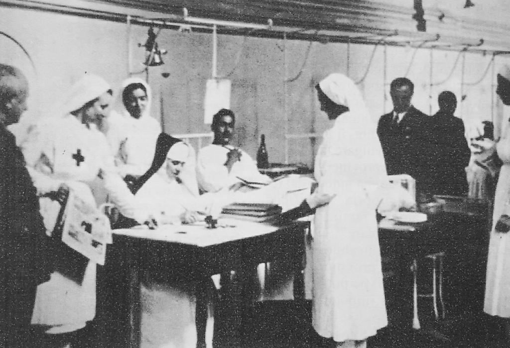 """Anonimo, """"Crocerossine, Vercelli"""", 1940  (Archivio della Croce rossa italiana, sezione di Vercelli)"""