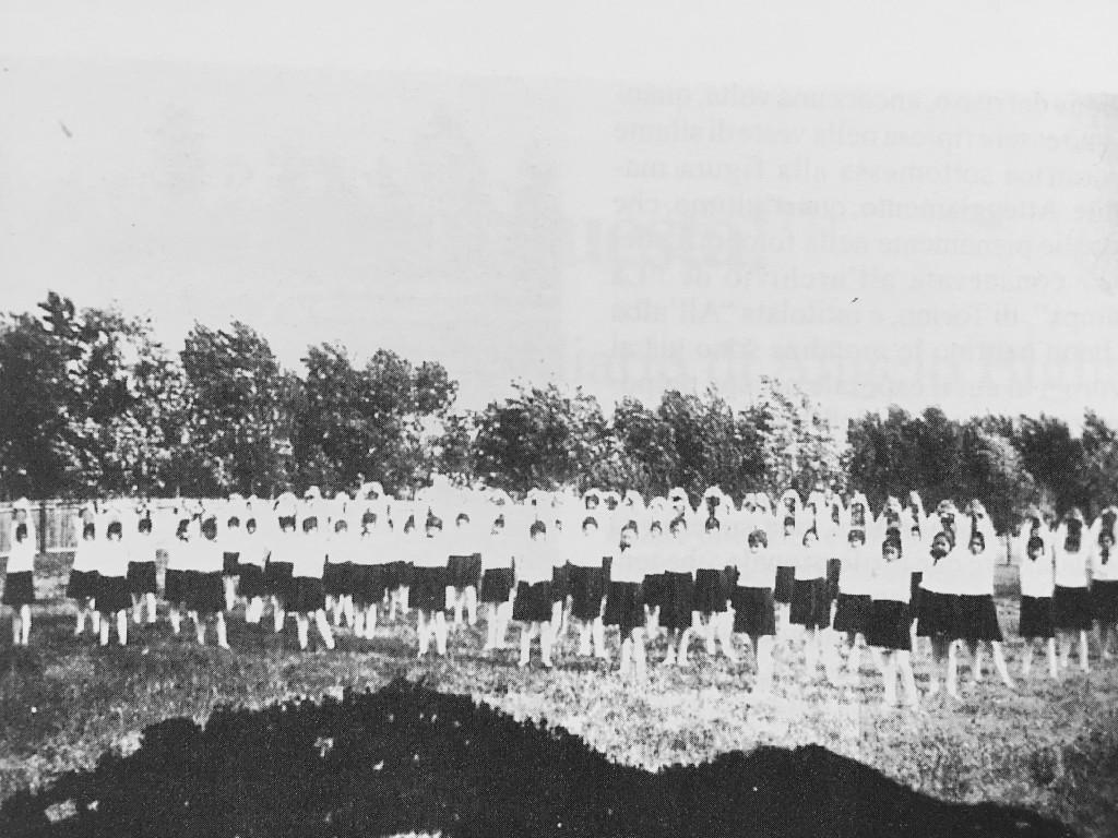 """Anonimo, """"Scolaresche alla Festa degli alberi"""", Santhià, 1930"""