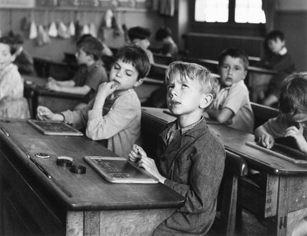"""Robert Doisneau, """"L'informazione scolastica"""", Parigi 1956. © Atelier Robert Doisneau"""